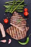Bistecche di manzo arrostite col barbecue calde con le verdure immagine stock libera da diritti