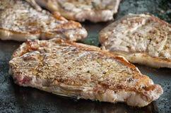 Bistecche di manzo arrostite sul barbecue fotografie stock