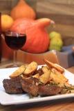 Bistecche di manzo con le patate ed il vino Fotografia Stock Libera da Diritti