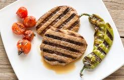 Bistecche di manzo sul piatto del quadrato bianco Fotografia Stock Libera da Diritti