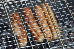 Bistecche di manzo sulla griglia con le fiamme immagini stock