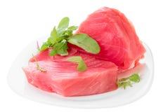 Bistecche di tonno con insalata isolata su bianco Fotografie Stock