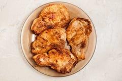 Bistecche dorate del pollo su un vassoio Immagini Stock