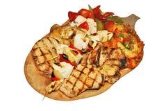 Bistecche e sottaceti sul piatto di legno Fotografia Stock Libera da Diritti