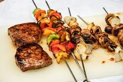 Bistecche e verdure sul BBQ fotografia stock libera da diritti