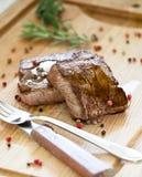 Bistecche su una scheda di legno Fotografie Stock Libere da Diritti