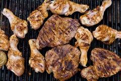 Bistecche sulla griglia del barbecue Fotografie Stock