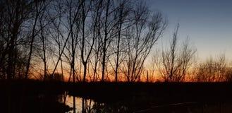 Bistering słońca czerwony set, ustawia nad rzecznym Ouse w Olney zdjęcia stock