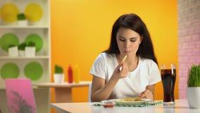 Bistro kelnerki porcji francuz smaży dama i miękki napój zła karmowa ilość, zbiory wideo