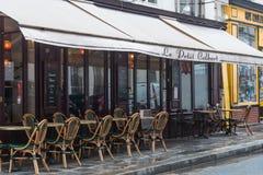BistroCafé Paris stolar och tabell royaltyfri foto