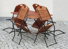 Bistros legen und Stühle ver Stockbilder
