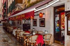 Bistrot de Venise Traditionelle romantische speisende italienische Bistrorestauranteinstellung im Freien lizenzfreies stockfoto