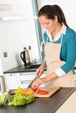 Bita tomatkök för lycklig kvinna som förbereder sallad Royaltyfri Bild