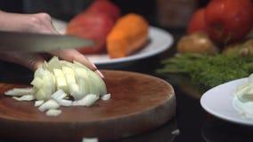 Bitande övre för kock en lök med en kniv stock video
