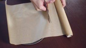 Bitande bakningpapper och rund stekhet panna för beläggning utensils för service för anddatalistkök trevliga arkivfilmer