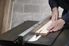 Bitande ekträ för hantverkare på tabellsågen Royaltyfri Foto