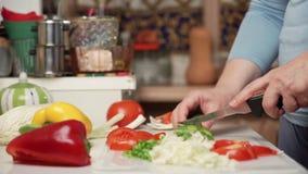 Bitande grönsaker för kvinnlig hand stock video