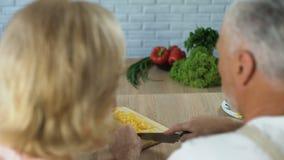 Bitande grönsaker för make och se frun med förälskelse, gift parmatlagning stock video