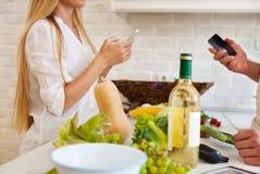 Bitande grönsaker för par på köket Par som förbereder dinin arkivfoto