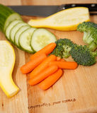 Bitande grönsaker på det Wood brädet Fotografering för Bildbyråer