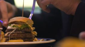 Bitande hamburgarestycke för man och äta det, snabbmat och fetma, närbild stock video