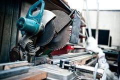 bitande hjälpmedel för industriell metall i fabrik arkivbild