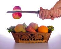 Bitande kalorier, genom att äta frukter och grönsaker royaltyfri foto