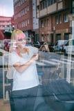 Bitande kvinnahår för kvinnlig frisör i skönhetsalong Royaltyfri Fotografi