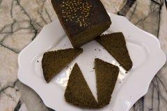 Bitande läckert hemlagat svart bröd Borodinsky bröd är ett traditionellt ryskt råg-vete bröd med den maltosesirap, malt och coren royaltyfri foto