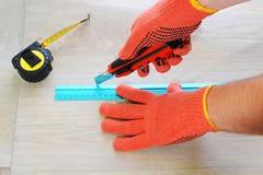Bitande linoleum för arbetare Måttband Arkivfoton