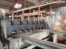 Bitande maskin för arkmetall i manufactory Royaltyfri Bild