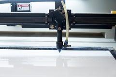 Bitande maskin som snider på den plast- plattan Royaltyfri Foto