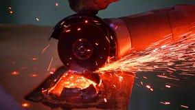 Bitande metall med diskettmolar med ljusa gnistor Arkivfoto