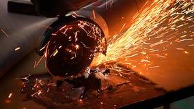 Bitande metall med diskettmolar med ljusa gnistor Royaltyfri Fotografi