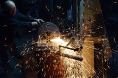Bitande metall på en drejbänk Royaltyfri Fotografi
