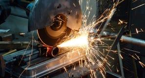Bitande metall på en drejbänk Royaltyfri Bild