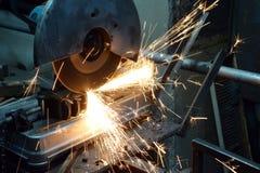 Bitande metall på en drejbänk Fotografering för Bildbyråer
