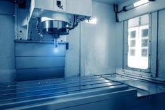 Bitande metalworkingprocess för malning Maler bearbeta med maskin för CNC för precision industriellt av metalldetaljen förbi arkivbild