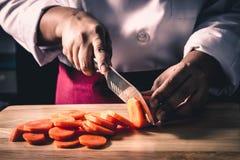 Bitande morot för kock arkivbild