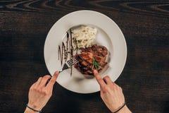 bitande nötköttbiff för kvinna royaltyfria bilder