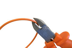 Bitande orange tråd vid pojkar, beskärning kabeln under spänning Arkivfoto