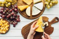 Bitande ost för kvinna Arkivfoto