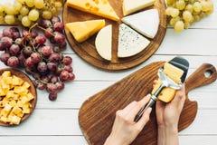 Bitande ost för kvinna Royaltyfria Bilder