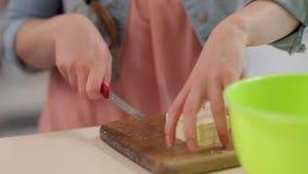 Bitande ost för kvinna arkivfilmer