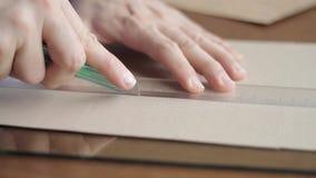 Bitande papp med nålen och en regel i som stängs upp lager videofilmer