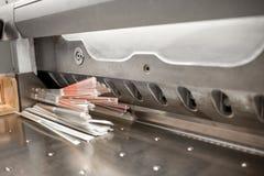 Bitande papper med den yrkesmässiga pressmaskinen arkivbilder