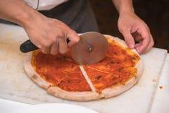 Bitande pizza för kock Fotografering för Bildbyråer