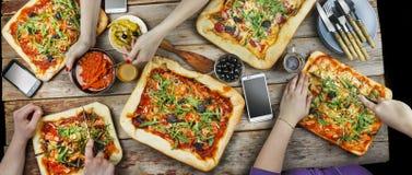 Bitande pizza Inhemsk mat och hemlagad pizza arkivfoton