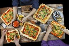 Bitande pizza Inhemsk mat och hemlagad pizza royaltyfri bild