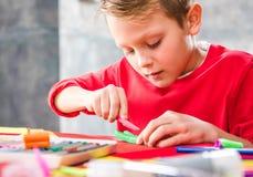 Bitande plasticine för skolbarn Arkivfoto